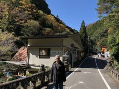 さて高千穂峡。 阿蘇山の噴火で生まれた火砕流の跡を五箇瀬川が侵食して出来た峡谷。 神橋は、その峡谷をにかかっている。