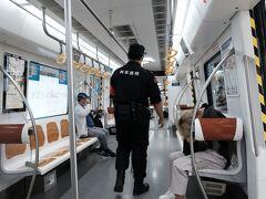 14:00前に永寧門駅から地下鉄2号線に乗車。来た時と同じく地下鉄4号線、14号線(空港線)を乗り継いで空港駅に到着。15:10 21元  空港線車内には警備員が絶えず巡回しています。 本来は安全上のテロ防止が役割なのでしょうけど、この時節柄からかマスクをきちんとしていない乗客に注意をしながらの巡回です。日本では飛行機などでマスク着用をお願いしても拒否られて、大騒ぎになるのでしょうけど、ここ中国では歯向かう者は皆無です。