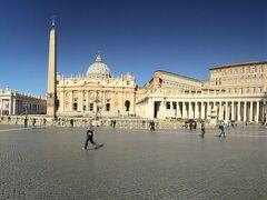 ゲートを入ると広がる、丸い形をした『サン・ピエトロ広場』 宮殿や聖堂への入場待ちの列