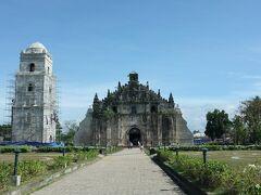 【サン・アグスティン教会 San Agustin Church of Paoay】 世界遺産:フィリピンのバロック様式教会群(1993)   サン・アグスティン教会はマニラにあるフィリピン最古の教会をはじめ同名のものがいくつもあるため、ここのサン・アグスティン教会は単にパオアイ教会とも呼ばれています。  1693年着工のバロック教会。  ちょっと形が違うでしょ? 両脇がコウモリの翼のように広がっている。地震が多いフィリピンで発展した「地震バロック様式 Earthquake Baroque」というそうです。また、鐘楼も地震対策で教会本体から離れたところに建っています。  事前に見た写真では草原の中に建っているようでしたが、実際はきれいに整備された公園のような区画で、周りは観光化しているわけでもなく、上段の写真の住宅・商店街が周りを囲んでいます。   住所:Marcos Ave, Paoay, Ilocos Norte
