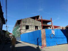 リモデル中   大きな建物を半分に切っています。中は鉄骨で補強するんですね。 半分でも大きいからホテルになるのかな?