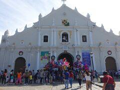 【セント・ポール・メトロポリタン大聖堂】 Vigan Cathedral - Metropolitan Cathedral of the Conversion of St. Paul   クリソロゴ通りの北端にある町のシンボル、セントポール大聖堂の前にきました。  1541年に小さなチャペルとして創建され、地震による損壊で何度か建て直され現在の聖堂に至りました。フィリピンでも最も古い教会の1つです。  昨日訪れたパオアイ教会と同様に、フィリピン式の地震バロック建築で、テント型の聖堂、離れて建つ鐘楼が見えます。  クリスマスミサが始まっていました。 教会前は入りきれない人たちや風船売りが集まっていて、特別な日を感じます。  Burgos St, Vigan City, Ilocos Sur, Philippines