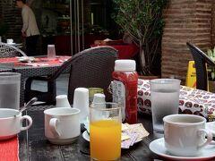 今日もパティオで朝食