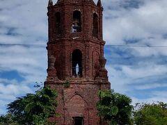 【バンタイ・ベル・タワー】   スペイン植民地時代に作られた監視塔で、第二次大戦中も敵軍侵入を防ぐために使用されました。 地震対策で教会からかなり離れた位置に建っています。
