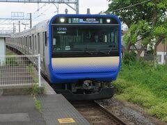 鎌倉へはJR横須賀線の新型車両E235系に乗って向かいます。