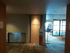 フロントで名前を言って35階に案内されて 入口で、消毒と検温 ラウンジでチェックイン。 飲み物も頼むと持ってきてくれます。
