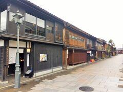 歩いていたら有名な「ひがし茶屋街」にいきあたりました。小京都のような古い街並みが残る茶屋街は、ここの他にもあるようです。普段なら観光客であふれかえっているこの地も、このご時世なので寂しい感じです。  長くなったので次につづきます!!!