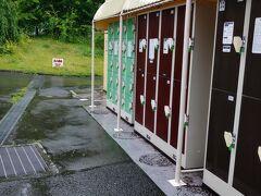 すぐ 富士急ハイランド駅到着します 前来たときは 東京からのバスツアーだったので ここの入り口は 初めて来ました 駅からすぐ 入場ゲートです 昨日ホテルで渡されたチケットで 顔認証を登録して 入ります 荷物を200円のコインロッカーに入れて 準備完了です 女の子二人も やっぱここに来ました