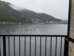 おはようございます 06:20頃起床です 河口湖の 富ノ湖ホテル6階からの眺めです まだ雨降ってます