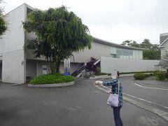 さて、9:30くらいにゆっくりチェックアウト後、やってきたのは現代日本画の大家故平山郁夫氏が自身の作品発表場として設立した美術館。  その名も平山郁夫シルクロード美術館です!  かなり近代的な建物ですが、2009年に建築されたようです。