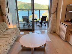 神奈川・元箱根『Hakone Ashinoko Hanaori』桃源(北棟)5F  『箱根・芦ノ湖 はなをり』の「湖畔側スタンダードルーム (31.5㎡)」のルームカテゴリーのお部屋(567号室)の写真。  おはようございます!窓を開けて清々しい風をお部屋に通します。  ここまでのブログはこちら↓  <2020年6月『御殿場プレミアム・アウトレット』に新エリア 「ヒルサイド」が誕生!約90店舗が増えサマーセールで80%オフも!! マカロン【ラデュレ】【田むら 銀かつ亭】【エッグスンシングス】 複合商業施設『ミナカ小田原』ホテル『天成園 小田原駅 別館』足湯♪ 箱根フリーパス★小田急ロマンスカーGSE(70000形)の展望席>  https://4travel.jp/travelogue/11694945  <元箱根・桃源台で人気急上昇ホテル!映えな水盤テラス&足湯がある 『箱根・芦ノ湖 はなをり』宿泊記 ① テラスから芦ノ湖が目の前に見える 「湖畔側スタンダードルーム(ツイン)」>  https://4travel.jp/travelogue/11697869  <『箱根・芦ノ湖 はなをり』宿泊記 ② 【貸切風呂1】【貸切風呂2】 【大浴場】男湯&女湯【露天風呂】ブッフェダイニング【季しかり】 スイーツとバラエティ豊富な篭盛り小鉢が好評のディナーブッフェ♪>  https://4travel.jp/travelogue/11699262