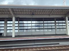 が、姫路手前でアナウンス。 前を走るみずほが通常とは異なる音を検知したため点検の為緊急停車しているとのこと。 なので乗っているのぞみも姫路駅で緊急停車。 点検には10分ほどかかるらしい。 それくらいなら大丈夫だけどやくもに接続できないと…かなり困る。 が、しばらく待つと点検が終わったというアナウンスがあって動き出した!