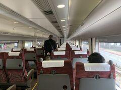 やくもは4両編成。 それもあってかさっきの新幹線よりは人が多い。 遅れている新幹線を待つということで7分遅れの12:12岡山駅を出発。 新幹線に比べるとよく揺れるわ(笑)。