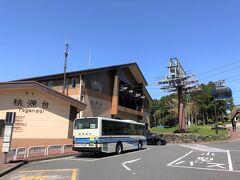 神奈川・元箱根『桃源台』  バスのりばがあります。  私たちは箱根フリーパスを活用するために、箱根ロープウェイ、 箱根海賊船、箱根登山バスを利用しました。 このあと、桃源台港から元箱根港や箱根町港へ行く箱根海賊船に 乗船したのですが、次の旅行記に回し、昨日、箱根登山バスで (チェックイン前に)行った『箱根ラリック美術館』を 載せることにします。