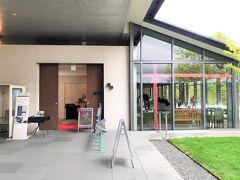 神奈川・箱根仙石原『箱根ラリック美術館』の エントランス入って左側のカフェ&レストラン【LYS(リス)】の写真。  ガラス張りの部分です。