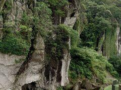 奇岩なのか、砕石されたあとなのか?