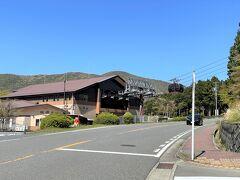 神奈川・元箱根『桃源台』  県道75号線にある「箱根ロープウェイ」のりば「桃源台」駅の写真。  『箱根・芦ノ湖 はなをり』から歩いて約3分なので近いです。  あちらから、箱根ロープウェイ、箱根海賊船、箱根登山バス、 小田急箱根高速バスなどが出ています。
