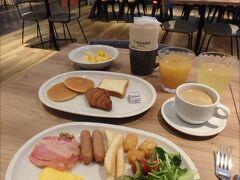 ホテルのビュッフェレストランで朝食