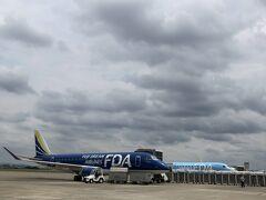 県営名古屋小牧空港の上空は曇り空ですが目的地新潟の天気予報は晴れです。 新潟行きはネイビーブルーのJA13FJ。 旅行記は完全にサボっていますが今年26回目のフライトとなります。