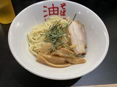 美術館の前の道を北に 外苑東通りと早大通りの交差点辺りにお引越ししました 東京麺珍亭 うまうま油そば ラー油とお酢をいれて混ぜ混ぜして食べます