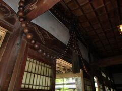 永平寺の「祠堂殿」にある大数珠。ご利益ありそう。 お堂の入口上にあり、信徒さんからご寄進のあった数珠だそうで、長さ18m、重さ250kgにも及ぶらしい。