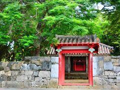 桃林寺 権現堂  港辺りから15分ぐらい歩いて来たかな?緑の木々に佇む朱色の門のコントラストがとても美しい桃林寺 権現堂、沖縄最古の木造建築。