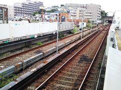 上永谷駅に戻ってまいりました。  「横浜市営地下鉄ブルーライン」は第三軌条方式で、通常の2本のレール(レール幅が標準軌1435mm)と、左右どちらかに3本目のレールがもう1本あり、このレールに電気が流れていて(ここでは直流750V)、電車はこの3本目のレールに触れながら電気を得て走っています。  上に架線がないので、トンネルの断面を小さくできます(経費削減)。そして、風で飛ばされたものが引っ掛かるような心配はないです。 でも、むき出しの高圧線が低い場所にあるので、危険でもあります。