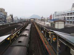 「平塚駅」に戻ってきました。  駅から見える、あの山は「高麗山(こまやま)」で、湘南平と呼ばれている山☆ 頂上には公園があります。晴れていれば山頂からの景色がいい山です。