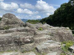 岩畳は改定に堆積した火山灰と泥や砂がm白亜紀にプレートと共に地下20~30km以上に深く取り込まれ、膨大な圧力が加わってできた結晶片岩が隆起したものです。  結晶片岩はパイ生地のようにはがれやすいそうです。