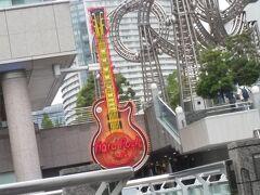 クイーンズスクエア横浜にある「ハードロックカフェ横浜」の シンボルギターを左に見ながら進みます。