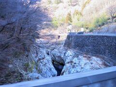 下仁田駅から20分、「蝉の渓谷」を眺めます。※蝉バス停は橋より160m先にあります。