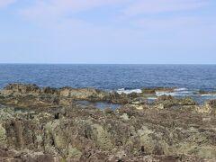 七浦海岸の一番の見どころ。 青い日本海と奇岩の海岸はとても美しい景色でした。