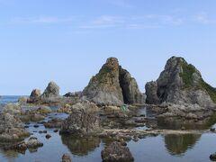 長手岬から七浦海岸沿いにドライブスタート。 まずは海岸沿いにある夫婦岩。  観光バスなどの休憩所になっているらしく広い駐車場とドライブインもありました。