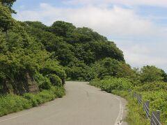 黒木御所の近く、佐渡中心部の金井から大佐渡スカイラインへ。 「スカイライン」というので観光用の整備された道路かと思えば、道路幅も狭く、くねくねとカーブの多い山道。 運転は結構苦労しました。
