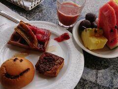 フルーツやパンも。どんだけ食うんだよ笑
