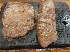 ドライブして…すでに夕方…。空港へ行く前に、沖縄で有名らしい、やっぱりステーキでもぐもぐ。