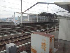 最初の停車駅、福島へ。 つばさと連結するために下り本線を跨いで下り線側の14番線へ入る。