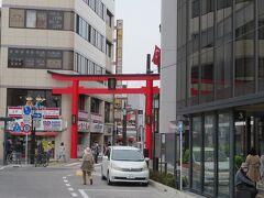鎌倉駅前の小町通り入り口にも鳥居
