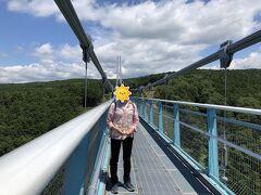 日本一の吊り橋、400mあります。意外に揺れない吊り橋です。対岸まで歩きます。
