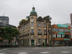 ターミナルのすぐ裏手にある唐戸交差点に建つこのビルは下関観光情報センター。元々は秋田商会という明治期の商社のビルとして1915年に建築されたものです。このビルの特徴は屋上に庭園があること。この写真でもビルの屋上に木々が生えているのがわかると思います。