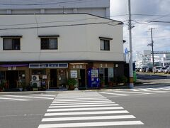 市場の近くにあるのが、 朝6時から営業している伸光さん。 漁師さん向けにやっているので期待できる。  土山しげるさんの作品にも登場したお店です。