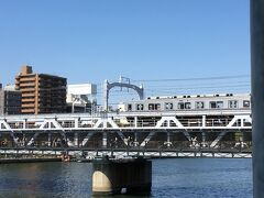 すみだリバーウォーク(隅田川橋梁) 東武伊勢崎線の脇に歩道を足したもの。観光客が溢れる浅草寺界隈と新名所の東京スカイツリーを結ぶ歩行者専用の通路。浅草から業平橋方面に歩いて観光する人は稀有でしたが、東武鉄道が高架下を再開発して行き交う人が増えましたね。