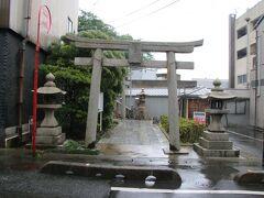 唐戸地区にある長門国三宮である亀山八幡宮に参拝します。859年に宇佐八幡宮から勧請された神社ですので、山口県の有名な神社の中では比較的新しいのかもしれません。とは言え1150年以上前の神社ですが・・・。 こちらは表参道ですが疲れもあり気にせずこちらから向かいます。