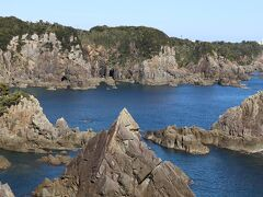 <串本大島の海金剛>写真、右上に見えるのが樫野崎灯台です。