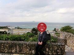 美ら海水族館の前で伊江島をバックにパチリ