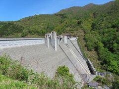 四万温泉を通り越し少し行くと奥四万湖があります 奥四万湖は四万川ダム建設により誕生した人口湖で 四万川ダムは重力式コンクリートダムだそうです