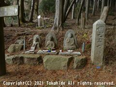 せりあい地蔵  元三大師道の道標が峯道の二体石仏の横に立っています。   元三大師道の道標:http://www5.city.otsu.shiga.jp/kankyou/content.asp?key=0407000000&skey=159