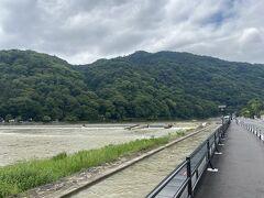渡月橋を渡ってすぐ、左に曲がると2021春は工事をしていた桂川沿いの歩道が完成していました。 気持ち良いです~