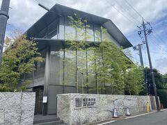 振り返ると福田美術館です。