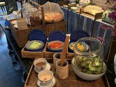 Grabでホテルに戻り妻と合流して朝食。生野菜が食べられるのが地味に嬉しい。
